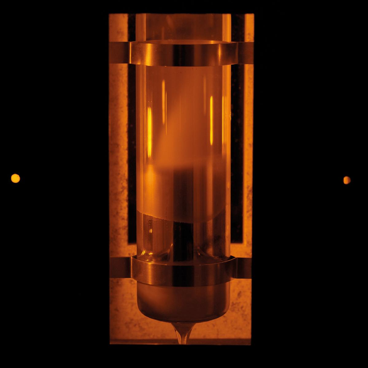 Tubo per fluorescenza del sodio sulla parete del forno for Materiale del tubo della linea d acqua